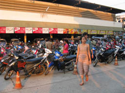Aranyaprathet crowds arrive for night market